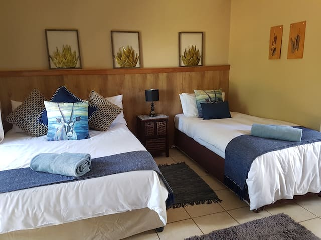 Room 2 SC Honey Lodge:Dinokeng big 5 game reserve
