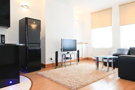 Superb 2 Bed Luxury Apartment - Londen