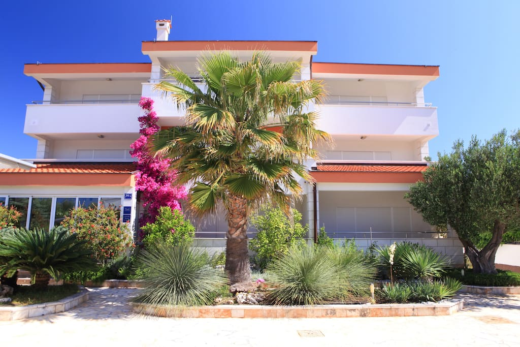 Pohled na dům a udržovanou zahradu