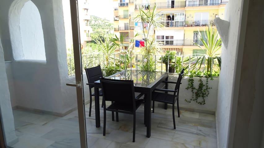 Terrasse avec table extensible pour 6 personnes