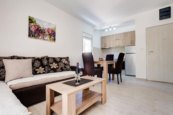 Bright and Clean Apartment Near City Center