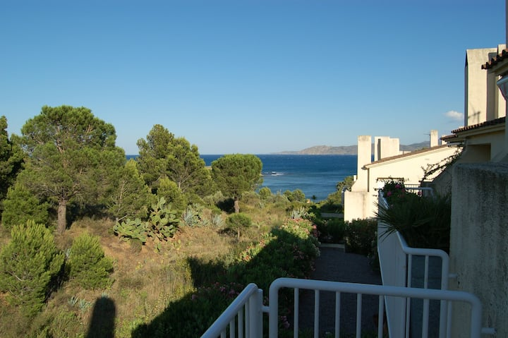 Spacious apartment with sea views in Cap Ras (Llançà), a quiet area situated just 50 meters from the beach and 3.5 km. from the center.