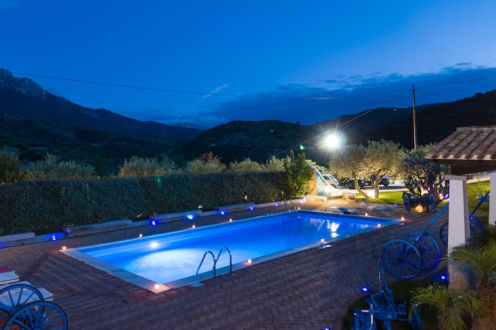 Villa Rosa max privacy pool, jacuzzi and wifi. - Oliena - Willa