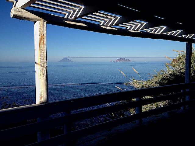 La vista dal terrazzo su Panarea e Stromboli