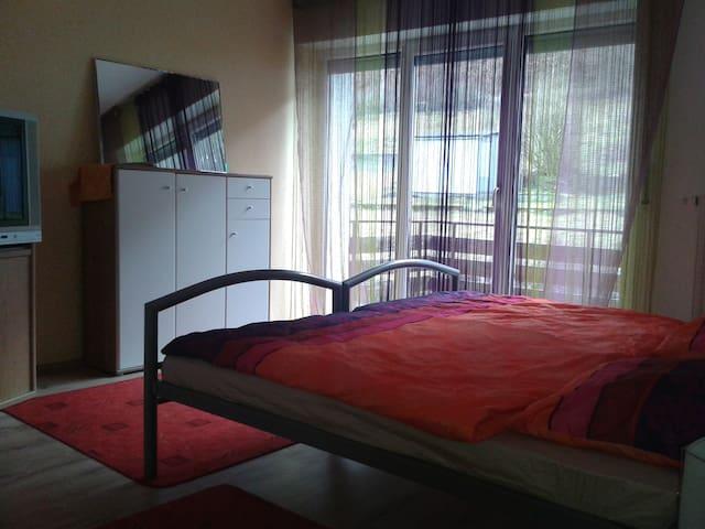 Gemütliches Zimmer mit Balkon - Königsbronn - Rumah