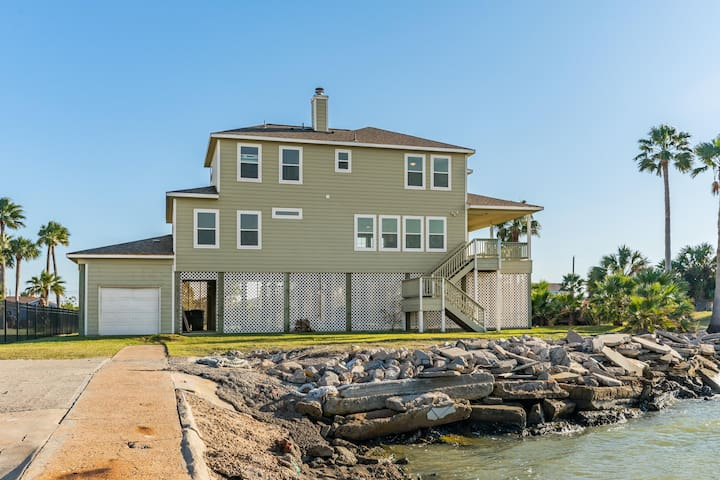 Bayfront home w/ deck, private hot tub, water access & gorgeous views - dogs OK!