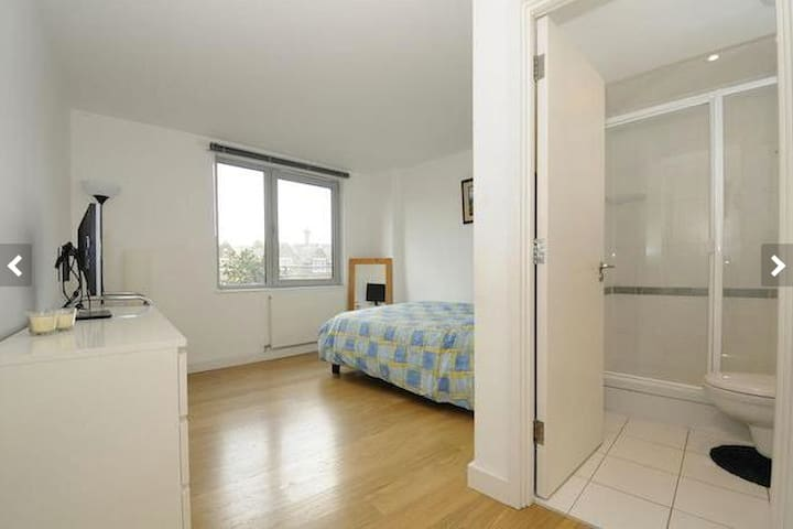 Large bright en-suite room with a double bed