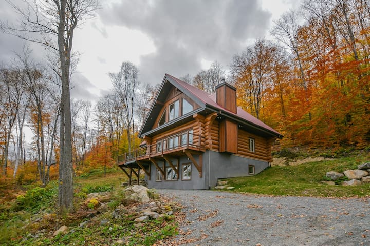 Superbe maison en bois rond sur le bord de l'eau