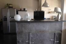 La cuisine ouverte et son réfrigérateur américain