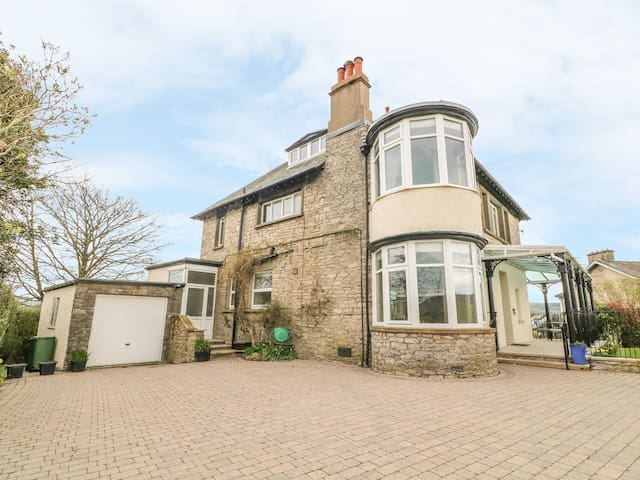KENTRIGG HOUSE, family friendly, with hot tub in Kendal, Ref 943674
