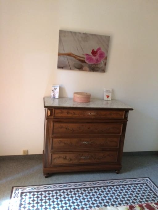 chambre avec meubles anciens