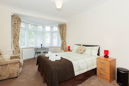 Room in Harrow Self Catering RP4 - ハロウ
