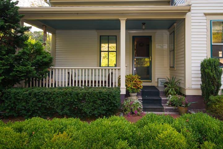Historic B&B Farmhouse Near Providence- $115