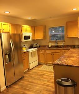 Clean, spacious condo in South Burlington - 사우스 벌링턴(South Burlington)