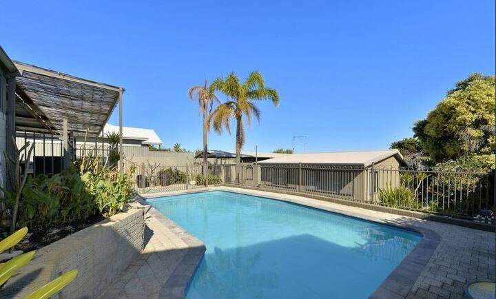 Enjoy beach, pool & green garden - Pets welcome
