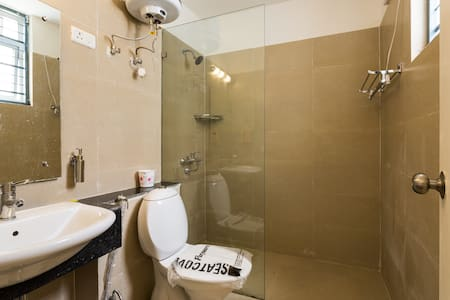 Furnished Room with Attached Bathroom &  Breakfast - Гургаон - Дом