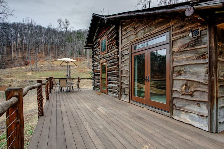 Cozy Cabin; Authentic Log Cabin with Modern Amenities!
