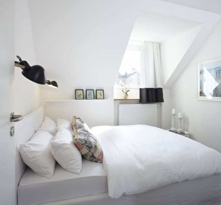 Seperates Schlafzimmer mit Verdunklungsvorhängen und komfortablem Doppelbett (2 Kopfkissen pro Person, flauschige Einzeldecken)
