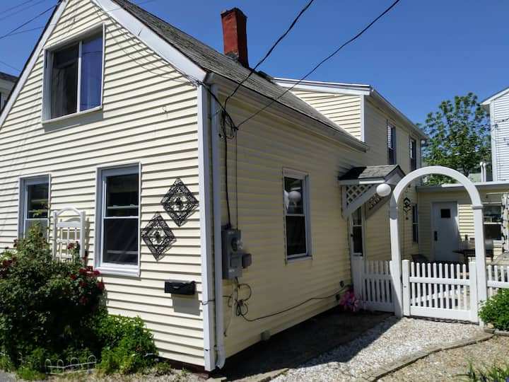 Cute Cottage with harbor views in a great location