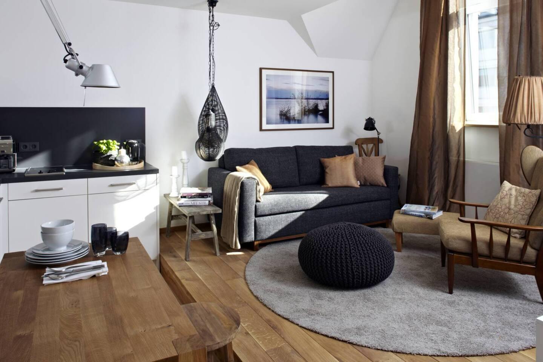 Der Wohnbereich liegt leicht erhöht auf einem Podest und ist in anthrazit & Kupfertönen gehalten.