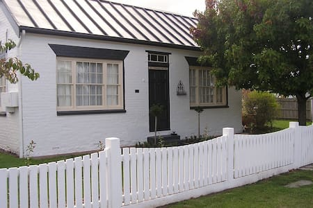 Primrose Hill Cottage Accommodation - Longford