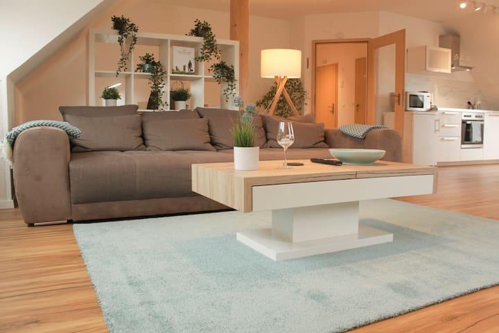 Der Wohn- und Essbereich wurde offen gestaltet und lädt zum Verweilen ein. Das Big Sofa (1,20m x 2,00m) kann bei Bedarf als Bett genutzt werden.