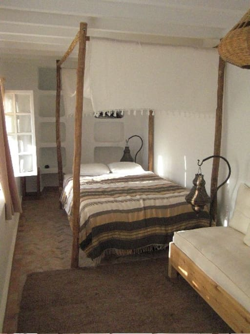 Das Doppelbett im Chambre Terrasse mit dem Divan für eine dritte Person oder für ein Kind.