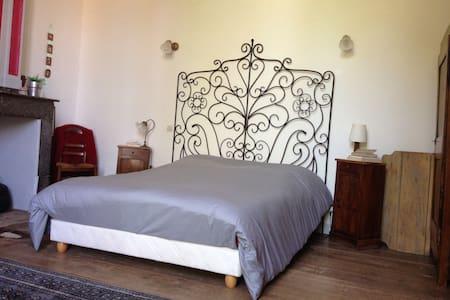 Chambre double en rez de jardin  - Rieux-Volvestre - Hus