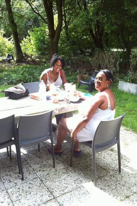Breakfast in the garden - Debby and Melissa from London, july 2014