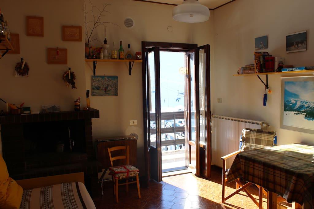 the living room; view on the slopes.  la zona giorno con vista sulle piste da sci