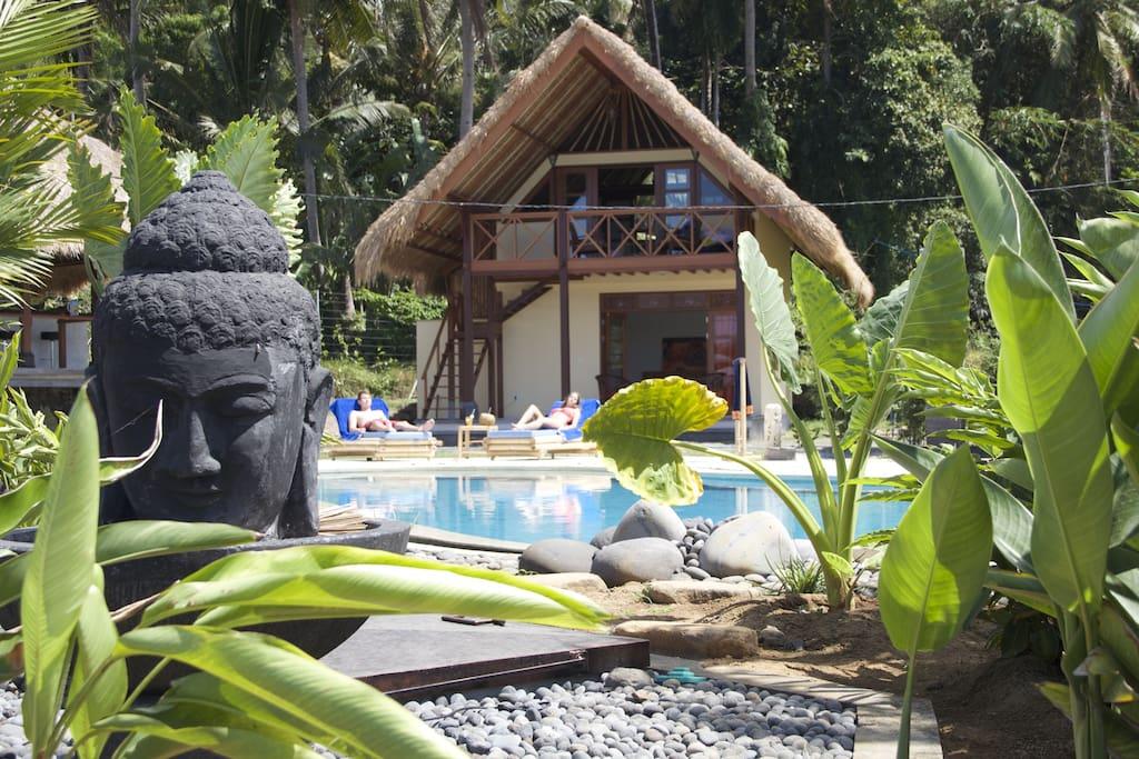 Cottage Sawah umgeben von Reisfeldern mit Meerblick