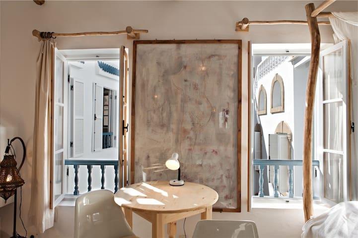 Das Cheminée und ein Tisch im Zimmer zum verweilen: