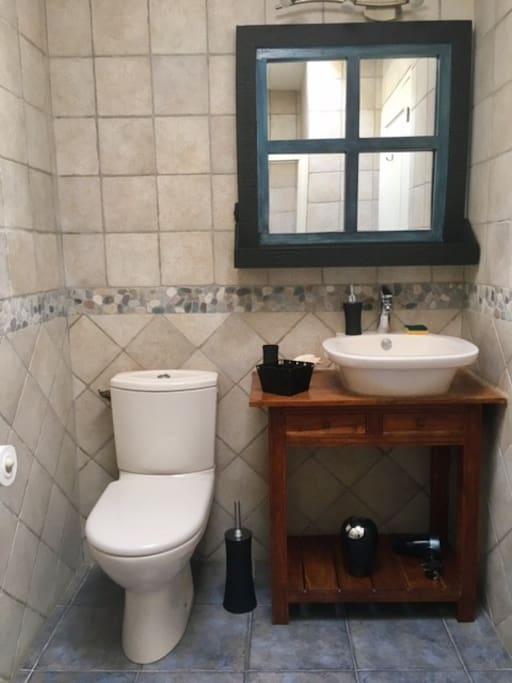 WC et lavabo dans la pièce d'eau fermée