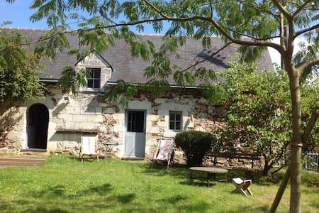 Chambres dans bâtisse ancienne. - Saint-Rémy-la-Varenne - Dům