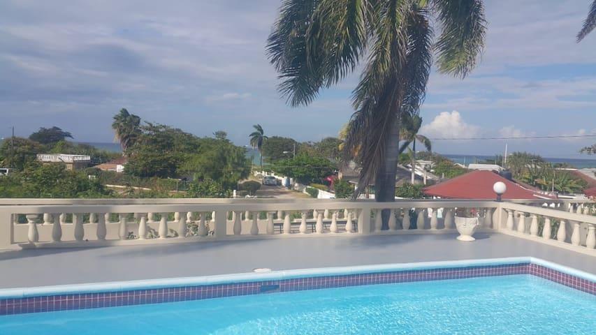 *Private Luxury 4bd/4bth - Airport| Pool|Tub|Beach