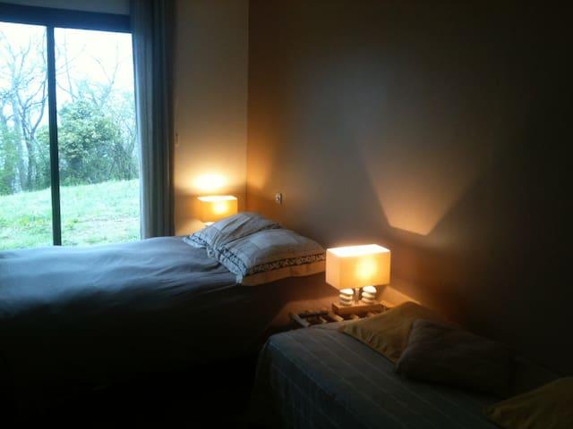 Suite : excellent couchage en 160 cm, TV, lit en 90 cm