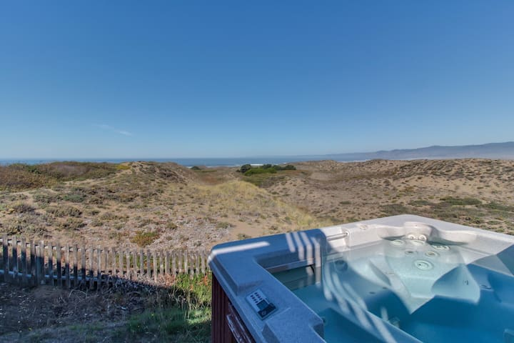 Oceanfront home for 14 with hot tub; next to state park