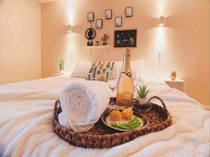 Desert Paradise Getaway! Double King Suite!