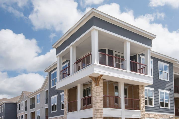 Modern, Spacious 2bdrm in Luxury Area of St Louis!