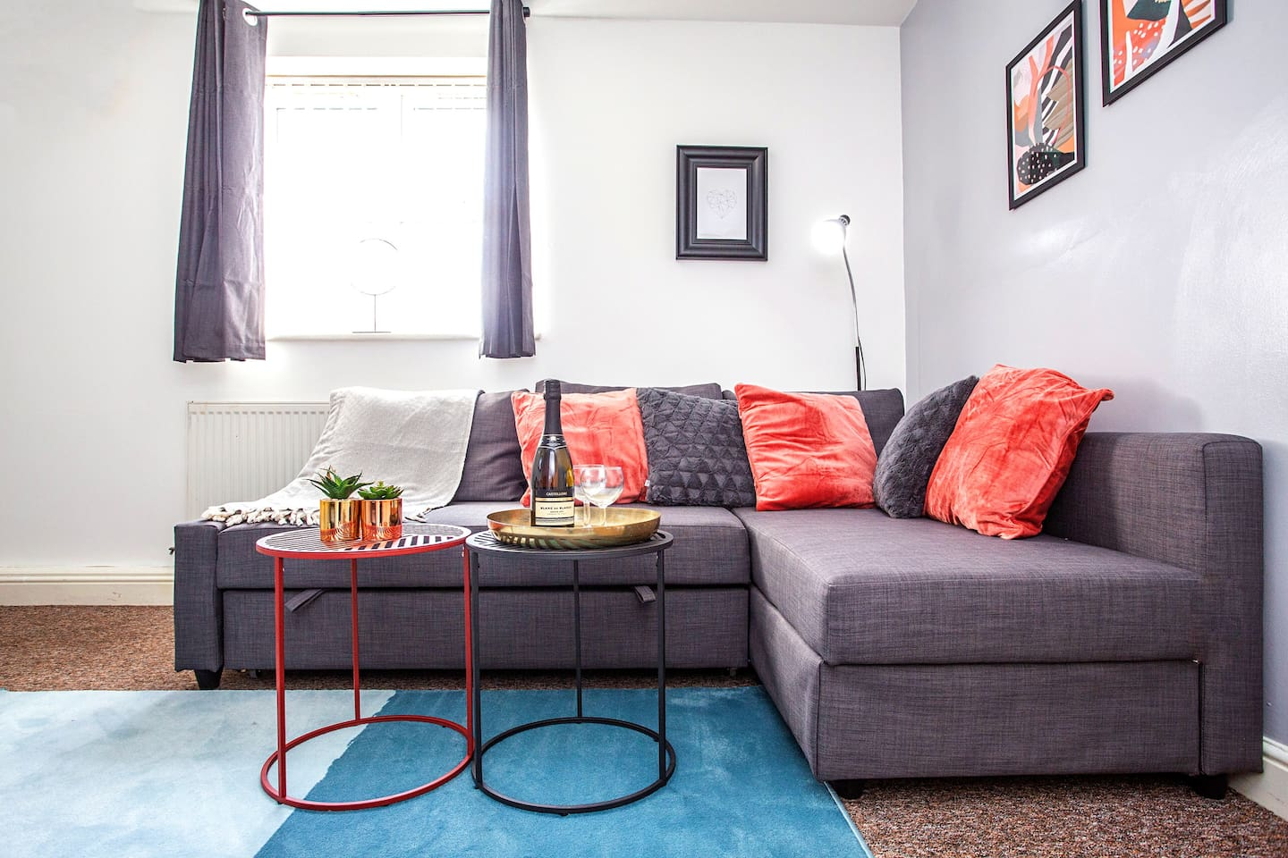 Living room with Sofa Bed (Double), Smart TV & FREE Netflix