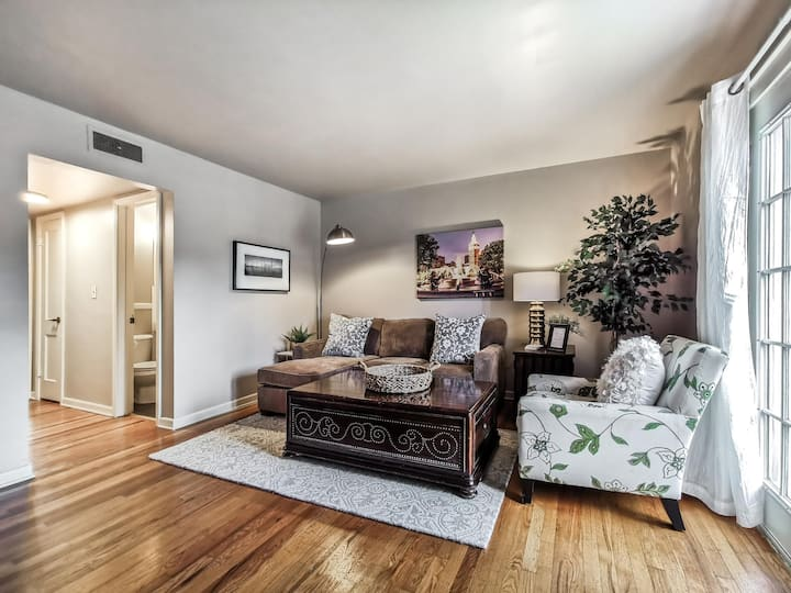 M 07-3W Great Location!  King Bed!  Walk to Plaza!