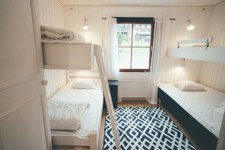 Sovrum med våningssängar, ena sängen nere är 120 cm.