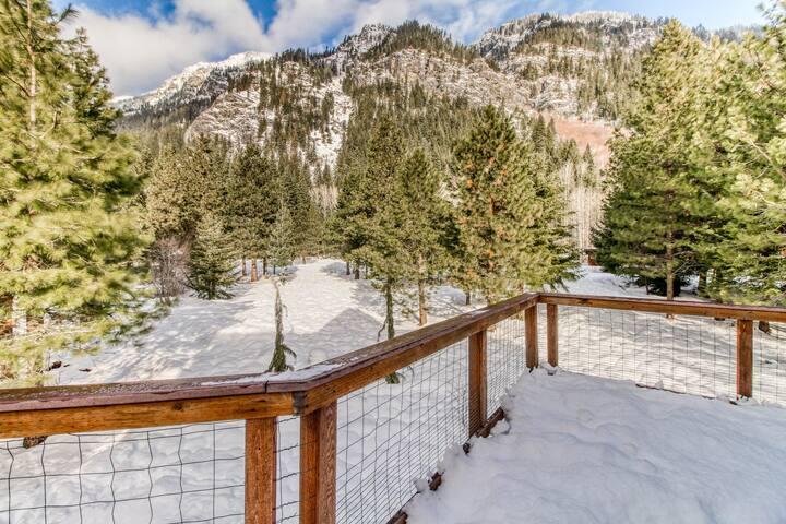 Mountain chalet w/ great deck & views of Nason Ridge - near skiing & Leavenworth