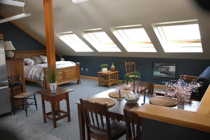 Wolf Neck Loft minutes to the coast and village