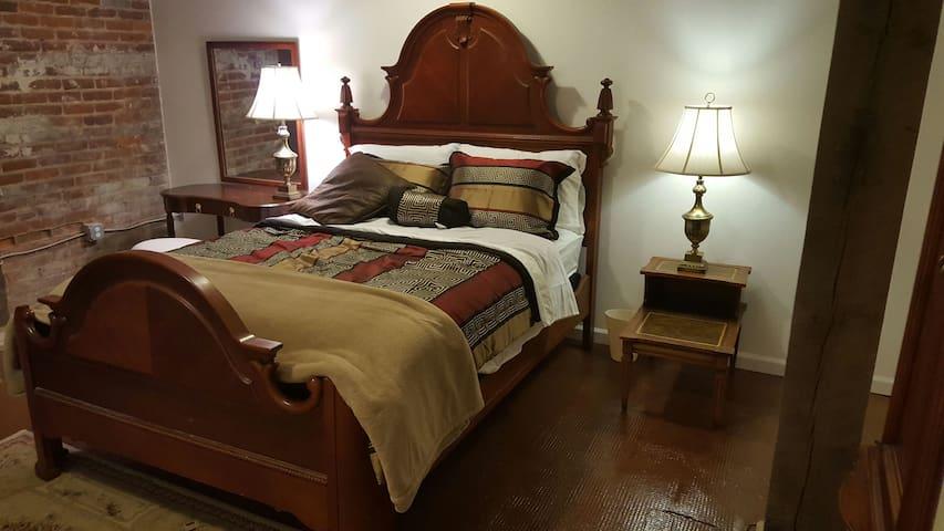 Cozy Victorian downtown Loft room - Lynchburg - Vindsvåning