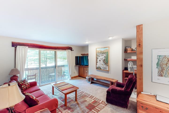 Inviting & secluded ski shuttle condo w/ a balcony - short hike to Mad River!