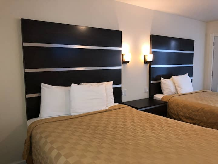 Private room with 2 beds :  Downtown Inn/Hotel