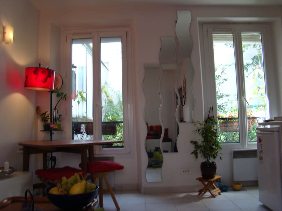 Et deux autres fenêtres de l'autre côté de la grande pièce qui donnent sur le jardin, les fleurs, les oiseaux. On ne voit pas les voisins...La cuisine est à droite, ouverte sur la pièce, avec tout confort (micro onde, four, lave-vaisselle, machine à laver