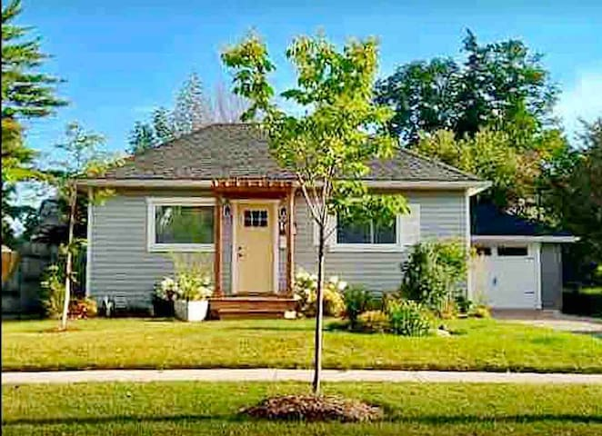 Welcoming 1 Bedroom 1 Bath Charming Cottage