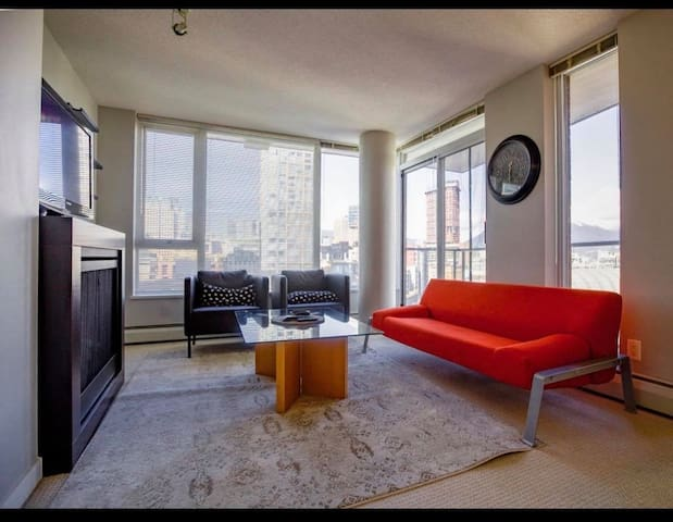 Cozy Condo in Yaletown with Panoramic Views